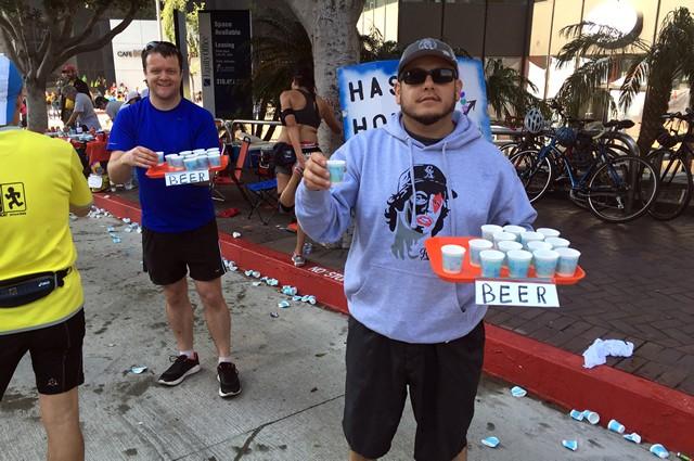 今年も30km過ぎで発見したビールの私設エイド。筆者は飲まなかったが、ランナーが美味しそうに飲み干すのを見るのは目の毒。