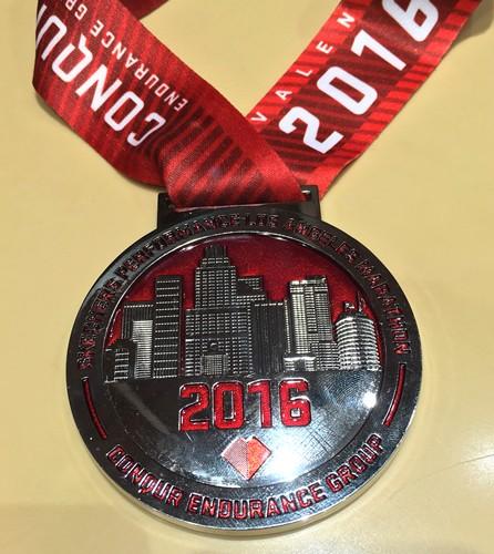 どのマラソン大会と比較しても豪華な完走メダル。走り終わったあとにメダルを掛けたままサンタモニカの街にショッピングに繰り出すランナーも少なくなかった。