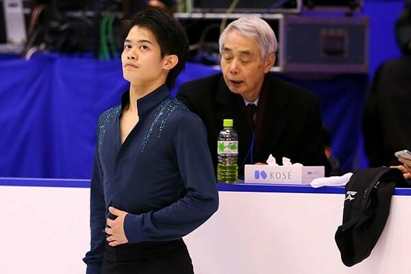 最後の演技となった昨年末の全日本選手権。靴ひもが取れるアクシデントがありながら、佐藤信夫コーチ(右)は落ち着いていた