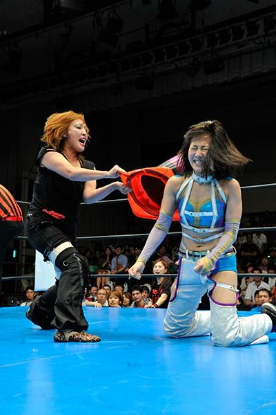 OZアカデミーの尾崎魔弓社長(左)には最初にオファー。駄目もとだったが、参加が決定となった