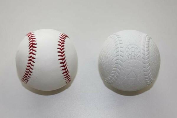 左が硬式球、右が準硬式球。準硬式球は硬式球とほぼ同じ中身だが、外側の表面が軟式球と同じ天然ゴムでできている