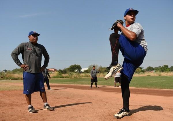 投球練習を行うカルロ・セイハス(右)。数年後にはMLBで投げる姿が見られるかもしれない