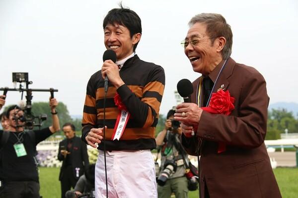 レース後、会心の笑みを見せる北島三郎さん(右)と武豊騎手