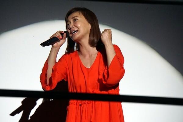 オープニングでは歌手の華原朋美さんが熱唱