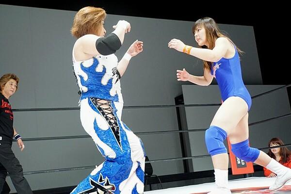 デビュー戦の門倉凛が浜田文子に正面から向かっていった