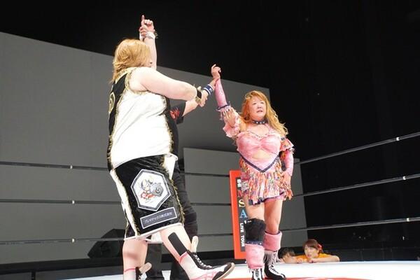 長与に憧れていた渡辺智子がマーベラスに入団。旗揚げ戦で伊藤薫と対戦した