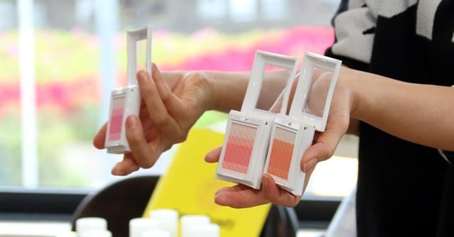 明るいクリアなピンク(左)よりも、オレンジ色がかかったピンク色(中央、右)が日本人の肌に似合いやすい色