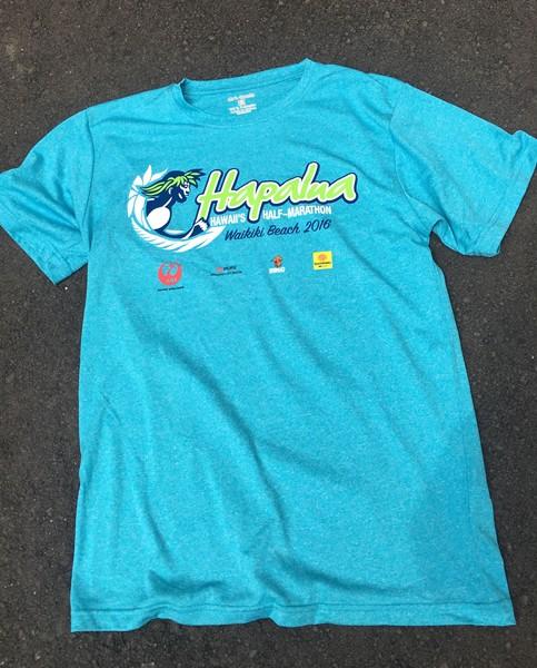 参加賞のTシャツはノーブランドながら吸汗速乾性に優れたタイプで、ホノルルマラソンと共通のランニングマンのロゴが採用される