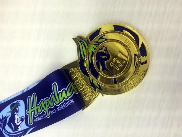 完走メダルは内側が回転してランニングマンとランニングウーマンに変化。こちらはランニングマン