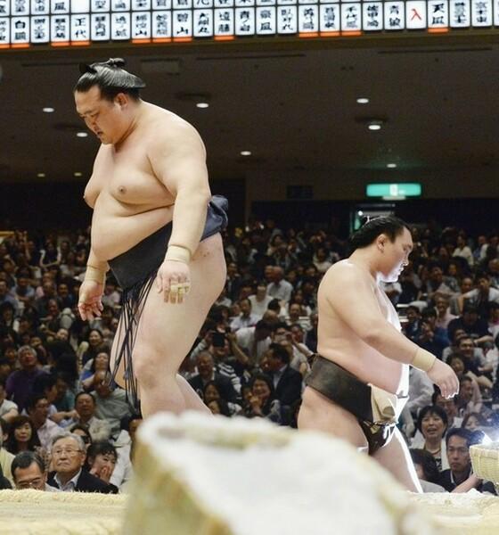 14日目、鶴竜に敗れた稀勢の里(左)。これで白鵬(右)の37度目の優勝が決まった