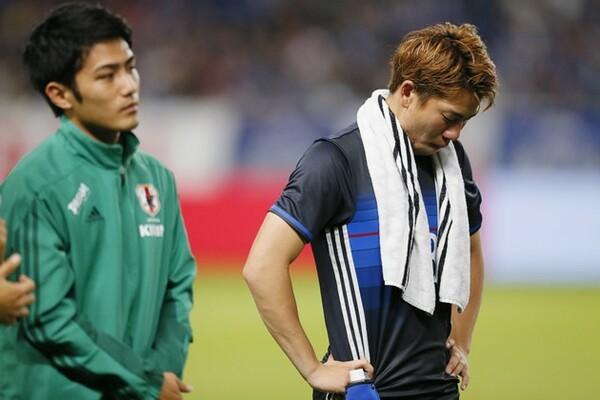 五輪予選でも決定機でパスを出した浅野(右)は「あの経験が生かされていない」と悔しがった