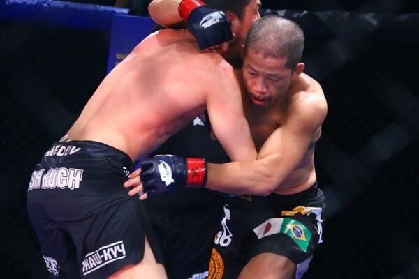 ライト級トーナメントも開幕し、郷野聡寛は辛勝で初戦を突破した