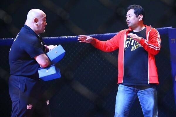 元プロ野球選手の野村貴仁がリングに上がり、ミット打ちを披露した