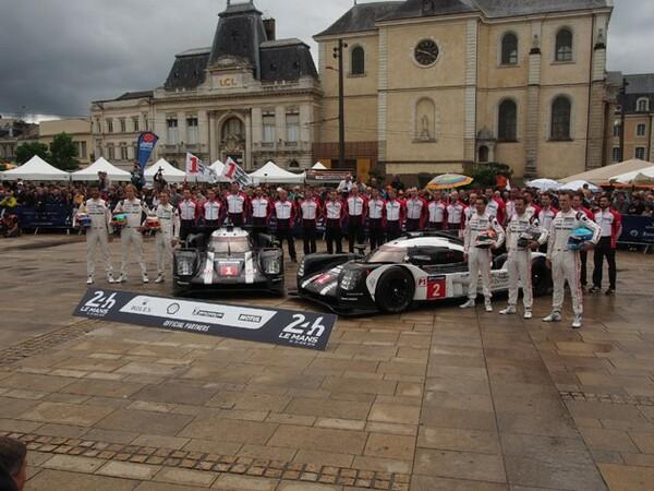 連覇を狙うポルシェの記念撮影。元レッドブルF1ドライバーのマーク・ウエバーがエースドライバーとあってさすがに人気が高かった。