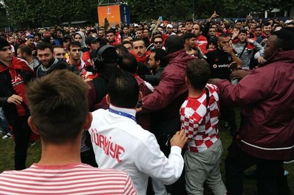 試合後、小競り合いを始めるクロアチアとトルコのサポーター。会場は一時騒然となる