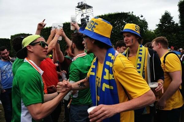 健闘をたたえ合うスウェーデンとアイルランドのサポーター。ファン・ゾーンのあるべき形だ