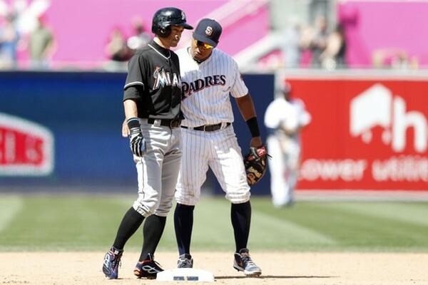 パドレスの二塁手・ソラーテもイチローを祝福