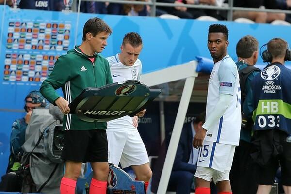 後半開始から投入されたスタリッジ(右)とバーディー(中央)。2人のゴールでイングランドは逆転に成功した