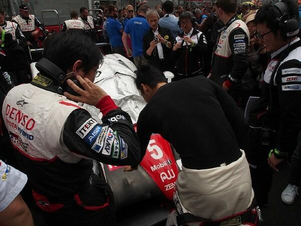 中嶋一貴がグリッドにやってきて、最初にしたのは、24時間を共に戦う5号車に手を触れること。相棒への挨拶だろうか?