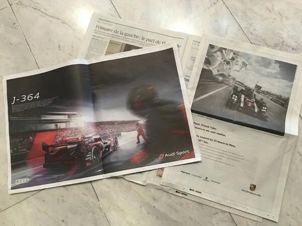 アウディの広告(左)とポルシェの広告。アウディは「あと364日……」と来年を見据えた内容