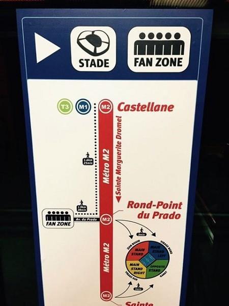 鉄道やメトロの駅では、このようなスタジアムやファンゾーンへの案内表示をあちこちで目にする