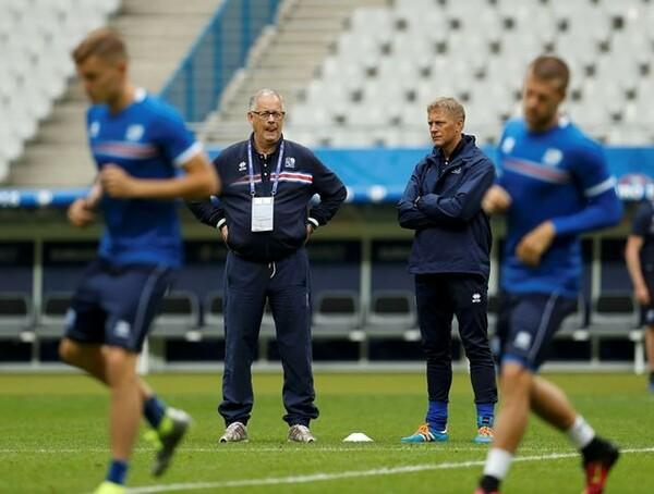 アイスランドには、ラーゲルベック(中央左)というスウェーデン人監督と、アイスランド人のハルグリームソン監督(中央右)がいる