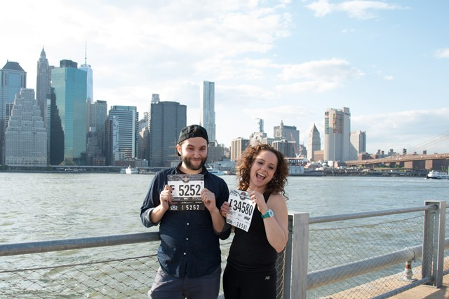 Airbnb Brooklyn Half Pre-Party Presented by New Balanceと名付けられたエクスポはマンハッタンのビル街を対岸に臨むブルックリンブリッジパークで開催された。ゼッケンをピックアップしたランナーはこんな感じでマンハッタンを背景に写真を撮る光景が頻繁に見られた。