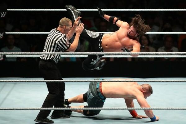 AJの誤爆でレフェリーがKO状態。これが勝敗に影響された