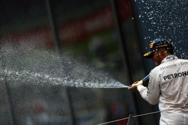 """最終周、ニコ・ロズベルグとの接触の末に勝ったルイス・ハミルトン。審議の結果、ペナルティを受けたのはロズベルグだったが、ハミルトンは表彰台で""""ブーイング""""を浴びることに"""