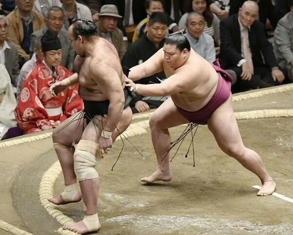 先場所は敢闘賞を獲得するなど躍進した御嶽海(右)。場所前のけがが心配されるが、大関・横綱陣を相手にどんな相撲を見せるか?