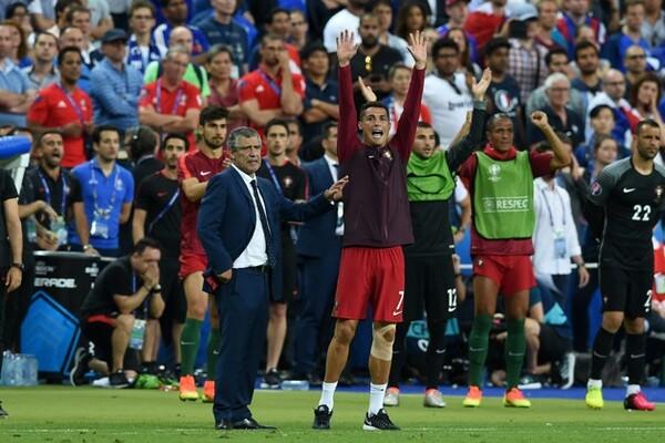 決勝でポルトガル代表監督のフェルナンド・サントス(左)が見せた手腕は素晴らしかった