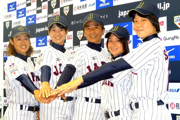 新ユニホームを着て、健闘を誓い合う侍ジャパン女子日本代表メンバー(左から志村、川端、大倉監督、六角、清水)