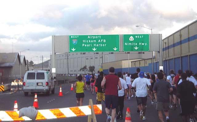 普段は走ることができないニミッツハイウェイもコースになっています