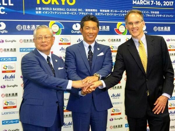 会見後に握手をする熊崎コミッショナー、小久保監督、ジム・スモールWBCIアジア代表(左から)