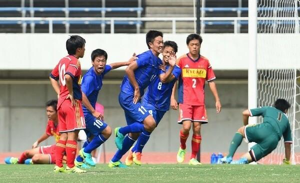 決勝戦を戦った市立船橋(青)と流経柏(赤)は、共に1年生プレーヤーが大きな経験を積んだ