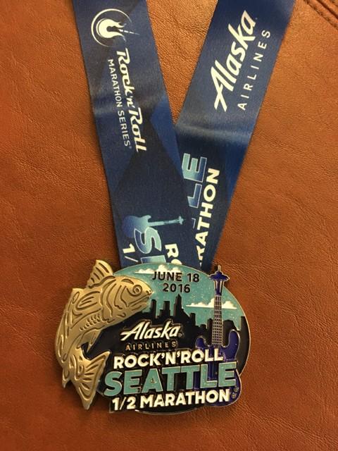 完走メダルはスペースニードルを始めとしたシアトルの街並みとサーモンをモチーフに