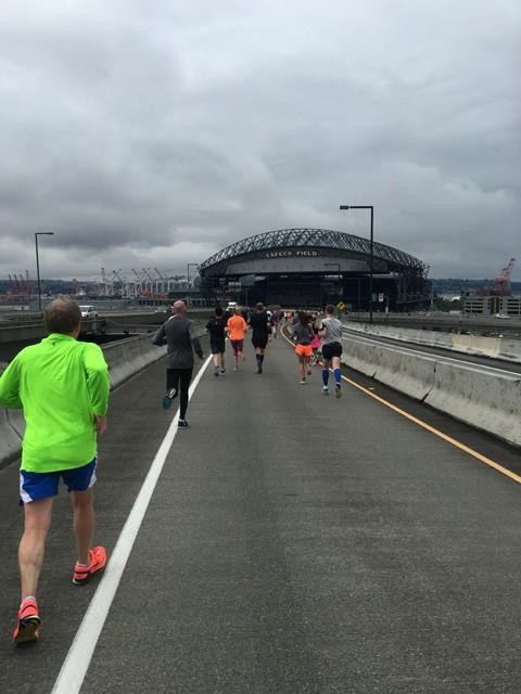 インターステート90号線エクスプレスの高架部分を走っていると正面にはシアトル・マリナーズの本拠地であるセーフコフィールドが正面に。かつてはイチローが、そして現在は青木と岩隈の二人がこの地でプレーしている