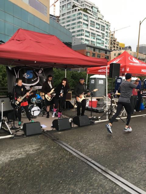 沿道のバンド演奏でテンションが上がり、ここの前だけ元気になるランナーは少なくない