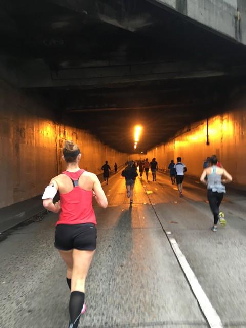 こんな感じでハイウェイのトンネル内部も走る。どちらかいうとアップダウンの多いコースは目まぐるしく景色が変わり、走っていて飽きがこない
