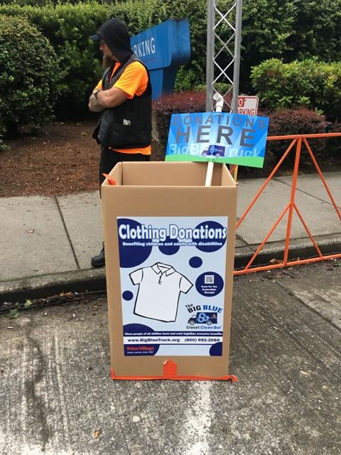ニューヨークシティマラソンでも見られる衣類の回収ボックス。スタート時点の気温は10℃前後と肌寒かったので、一部のランナーはギリギリまで防寒着を着て、スタート直前に、ここへ投げ入れていた。回収された衣類は慈善団体etc.に寄付されるとのこと