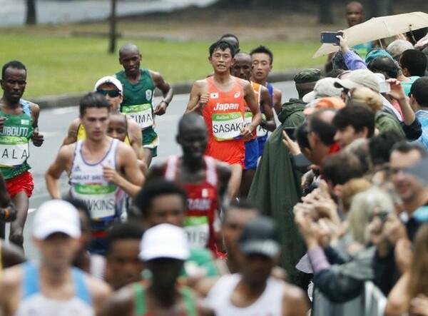 25キロ付近で後退した佐々木(写真中央奥)だが、花田氏は「給水でペースアップ」を意識し過ぎたためと分析する