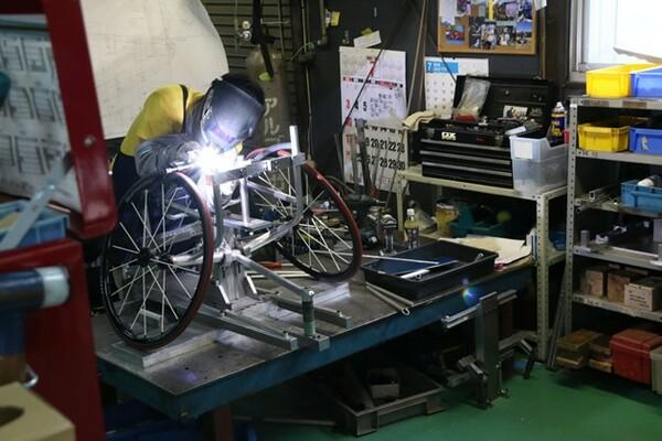 車いすはオーダーに合わせて1台ずつ手作り。それでも、乗りこなすまでは細かな調整が必須となる