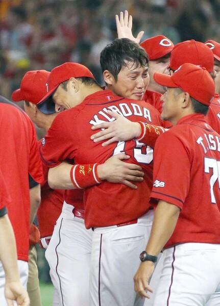 チーム復帰2年目で優勝を果たした黒田と新井は号泣