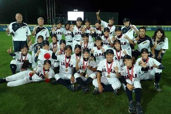 大会5連覇を達成したマドンナジャパンの面々。記念撮影では喜びの笑顔がはじけた