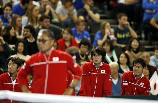 3月のデ杯イギリス戦で、錦織の試合を見守る日本代表メンバー。錦織と合わせてシングルスで2勝を挙げられれば、試合はぐっと楽になる