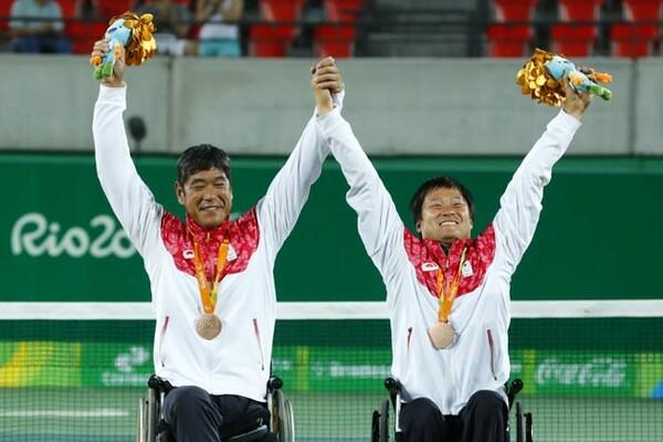 3位決定戦で勝利し、銅メダルを獲得した(右から)国枝、齋田組