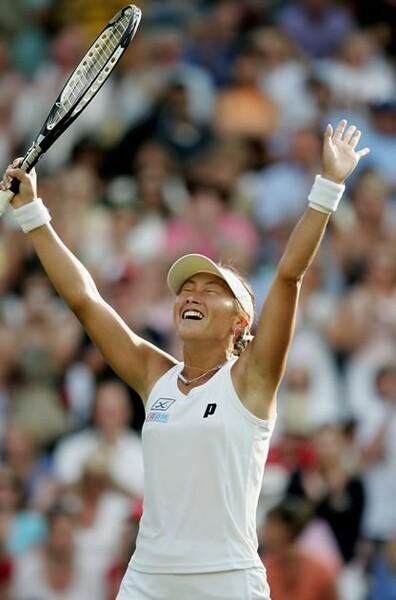 2006年のウィンブルドンでセンターコートに立った杉山さん。マルティナ・ヒンギスを破り金星を挙げた試合だった