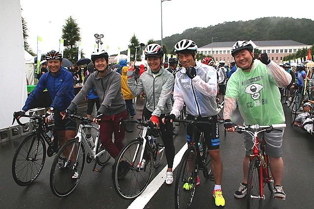 ツール・ド・東北 フレンズとして参加者と一緒にライドした(右から)フォーリンデブはっしーさん、中西哲生さん、谷真海さん、藤巻亮太さん、別府始さん
