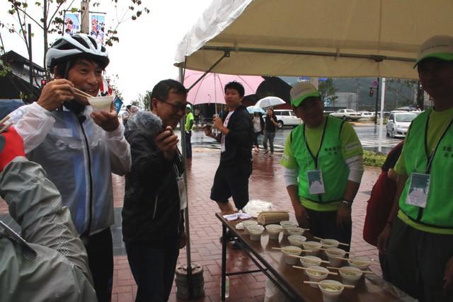 女川エイドステーションで配られた女川汁に中西哲生さんも舌鼓を打ちます