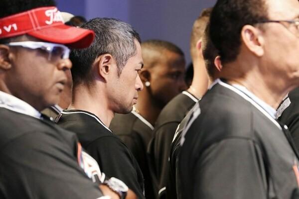 フェルナンデスが事故死し、記者会見場で沈痛な表情のイチロー